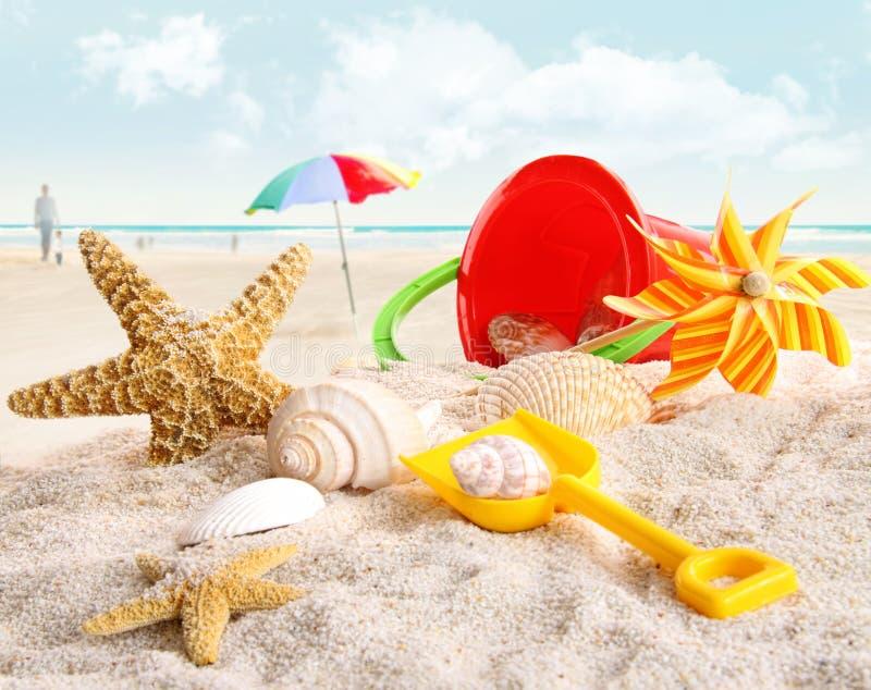 Juguetes de la playa de los niños en la playa imagen de archivo libre de regalías