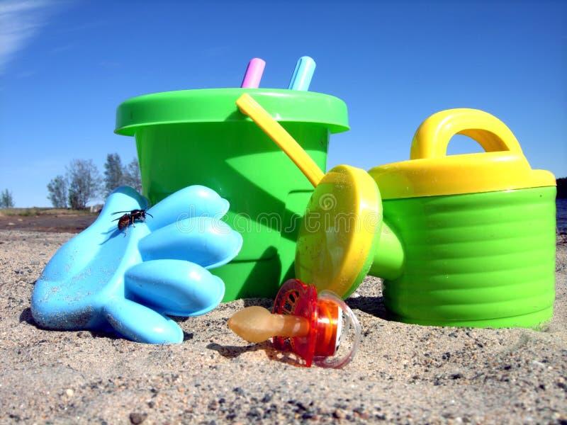 Juguetes de la playa en la playa imagenes de archivo