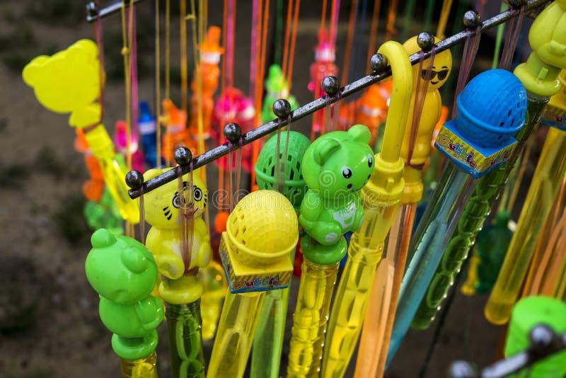 Juguetes de los niños en la exhibición en el mercado de la noche imagen de archivo