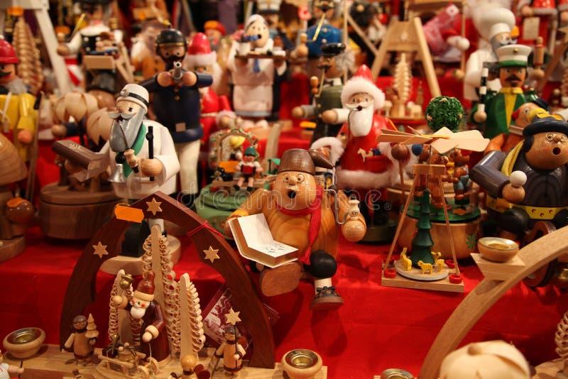 Juguetes de madera alemanes tradicionales en la feria en Nuremberg foto de archivo