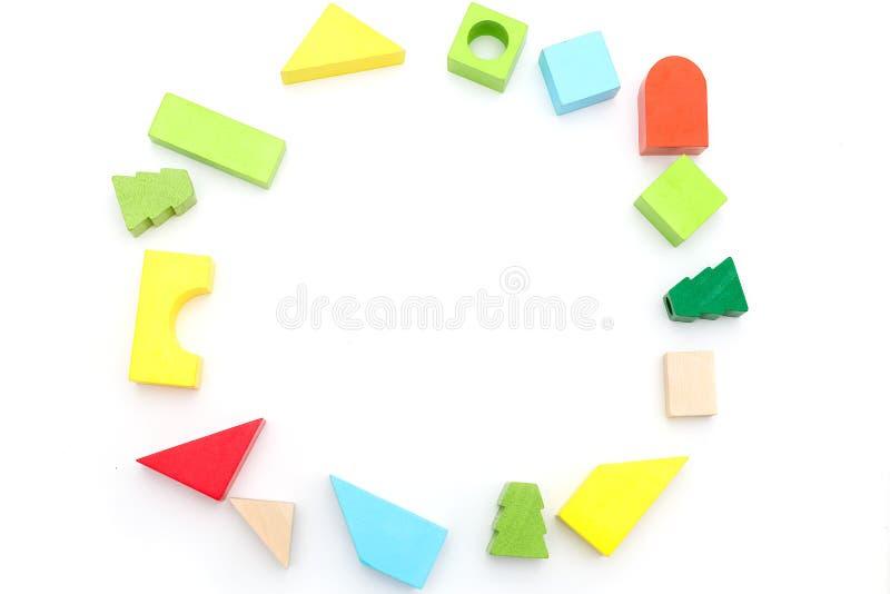 Juguetes de madera educativos del ` s de los niños en un fondo blanco Copie s imagenes de archivo