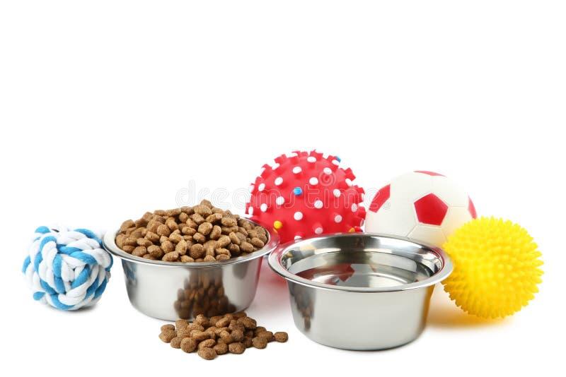 Juguetes del animal doméstico con la comida y agua foto de archivo libre de regalías
