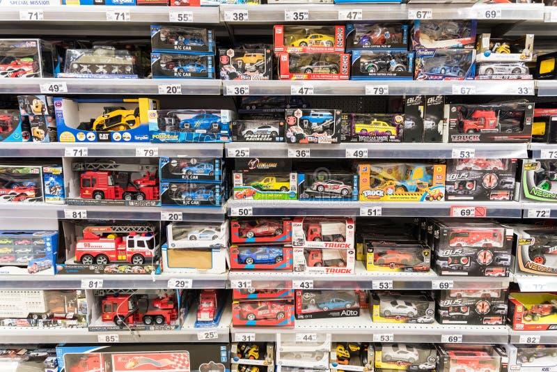 Juguetes del coche para los pequeños niños en soporte del supermercado imágenes de archivo libres de regalías