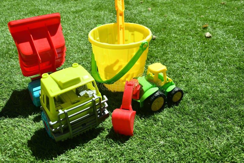 Juguetes del jardín sobre la hierba foto de archivo libre de regalías
