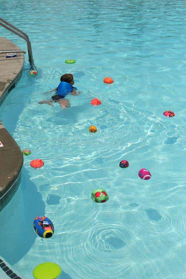 Juguetes del niño y de la piscina fotos de archivo