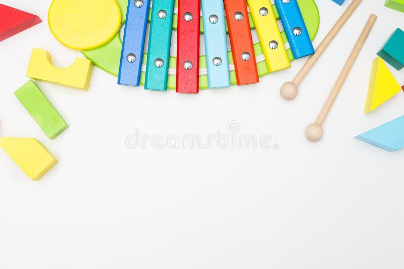 Juguetes educativos de madera del ` s de los niños en un fondo blanco Maqueta fotografía de archivo