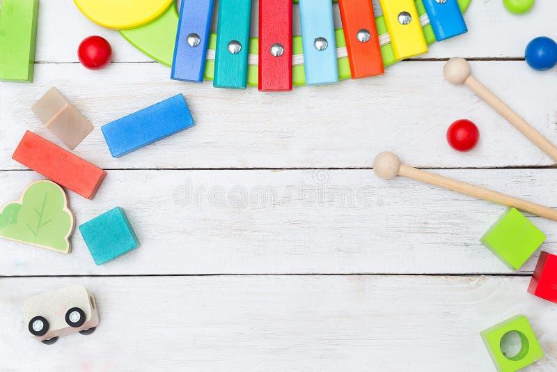 Juguetes educativos de madera en un fondo de madera imagen de archivo libre de regalías