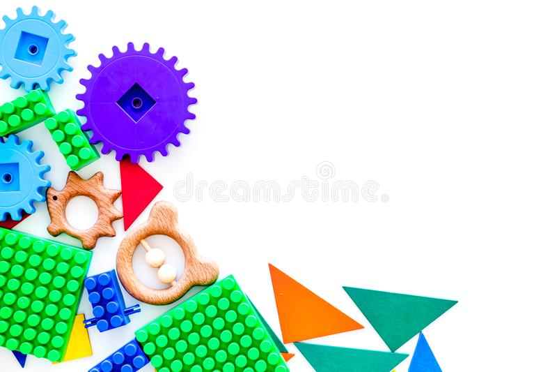 Juguetes educativos para la maqueta de los niños Bloques y charlas del plástico en el espacio blanco de la copia de la opinión su imagen de archivo libre de regalías