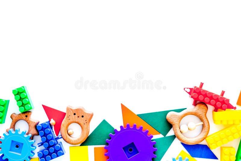 Juguetes educativos para la maqueta de los niños Bloques y charlas plásticos del lego en el espacio blanco de la copia de la opin foto de archivo libre de regalías