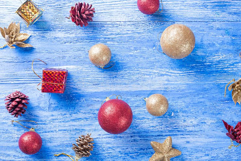 Juguetes en el árbol de navidad fotografía de archivo