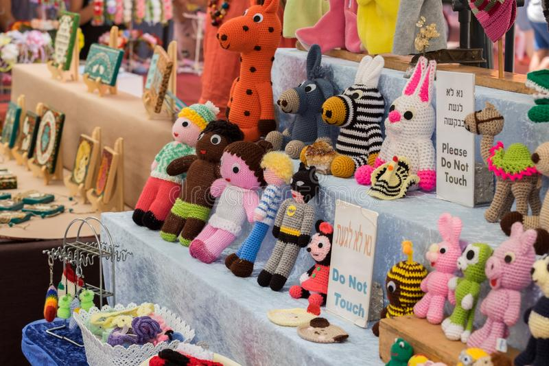 Juguetes hechos punto divertidos en venta en el mercado de la artesanía Tel Aviv fotos de archivo libres de regalías
