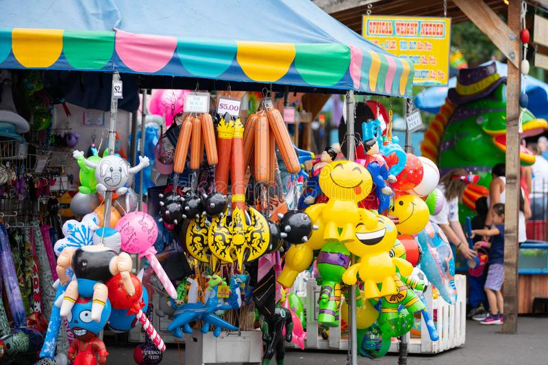 Juguetes inflables coloridos en el vendedor ambulante foto de archivo