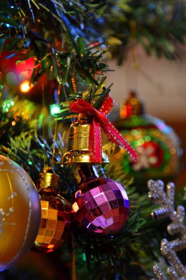 juguetes navideños multicolores en un árbol de Navidad foto de archivo