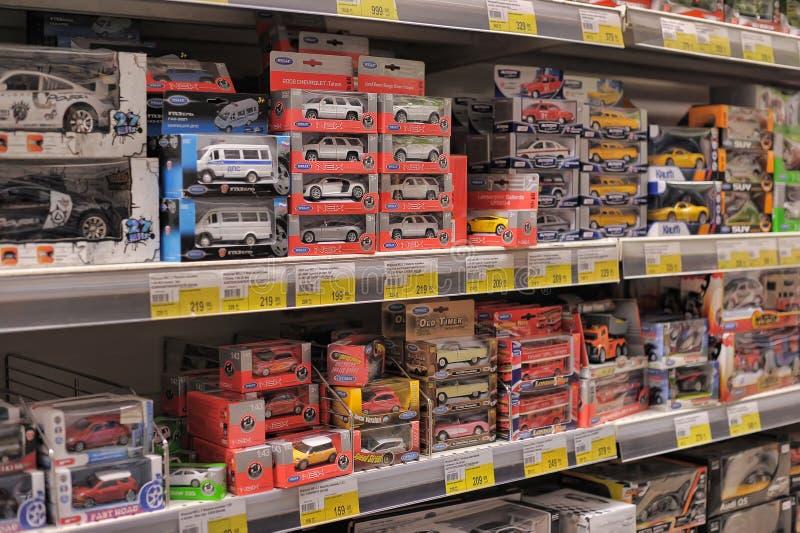 Juguetes para la venta en una tienda. fotos de archivo