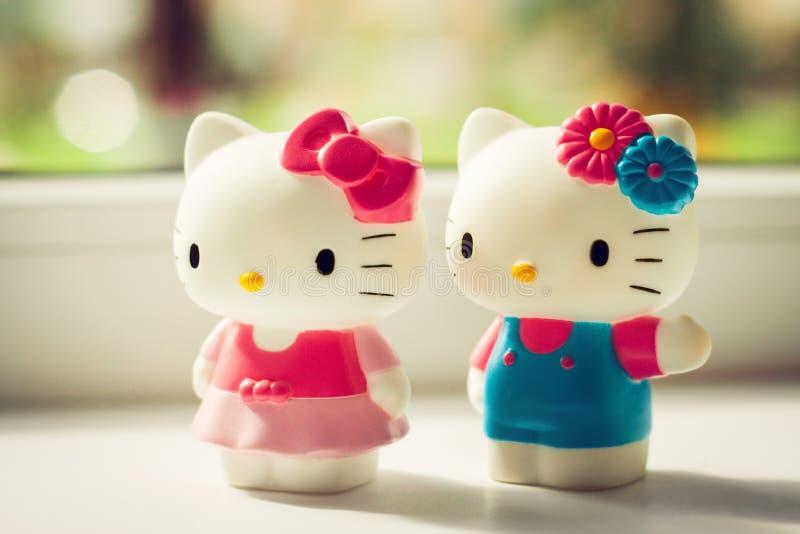 Juguetes plásticos del gatitos blancos en hogar imagenes de archivo