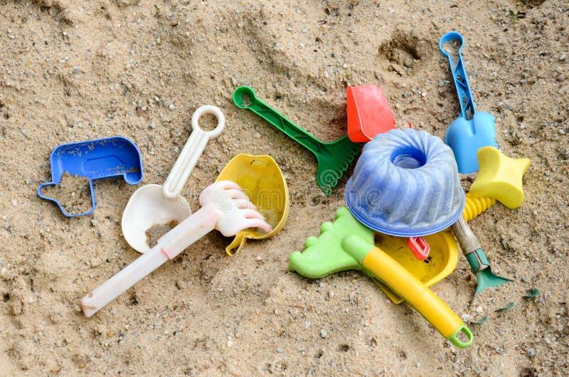 Juguetes plásticos para la playa fotos de archivo