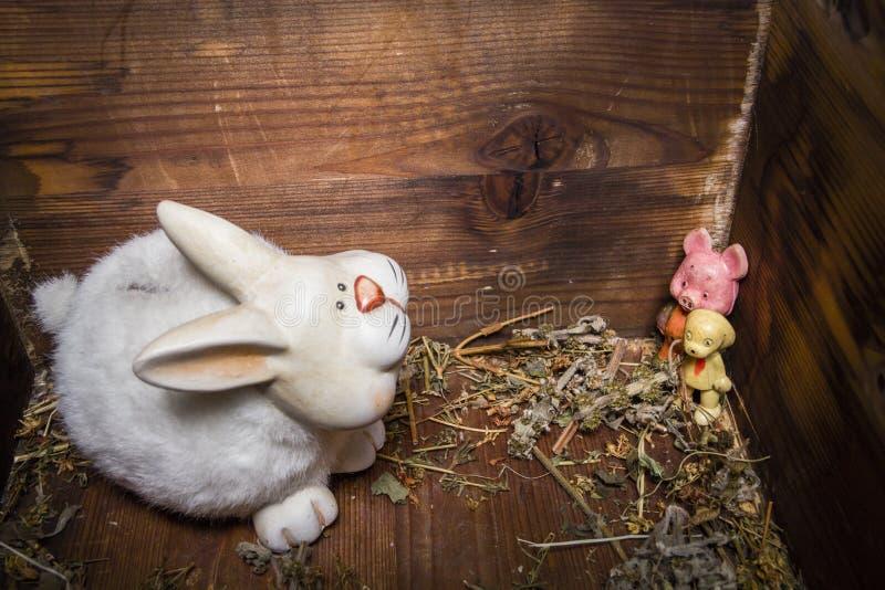 Juguetes viejos - conejo, perro y cerdo en pecho de madera fotografía de archivo libre de regalías