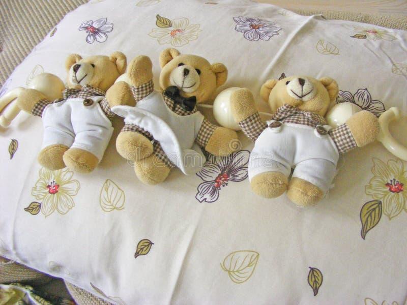 Juguetes y almohada de los osos de peluche fotos de archivo libres de regalías