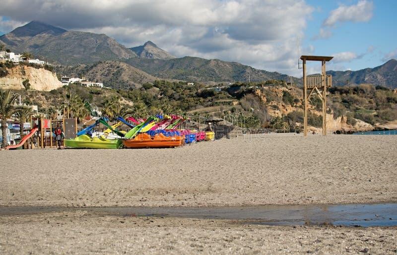 Juguetes y montañas de la playa de Burriana imagen de archivo