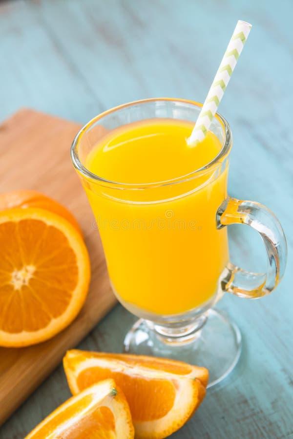 Juice In alaranjado um o vidro com Straw Vertical imagens de stock