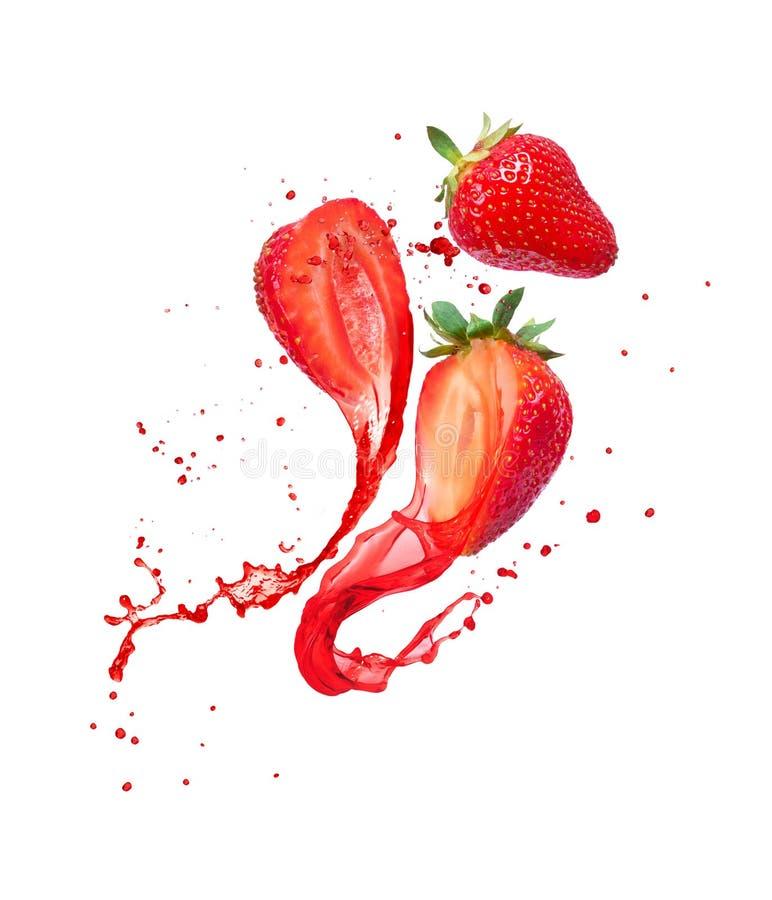 Juice glider ut ur huggna jordgubbar på vit bakgrund arkivbild