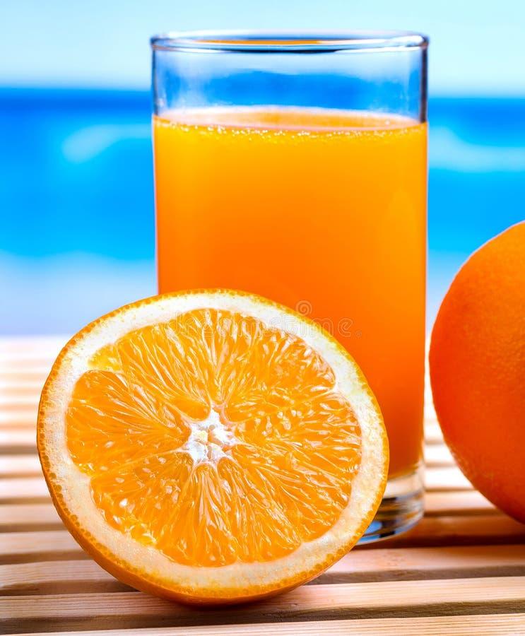 Juice Squeezed Shows Thirsty Tropical et oranges oranges image libre de droits