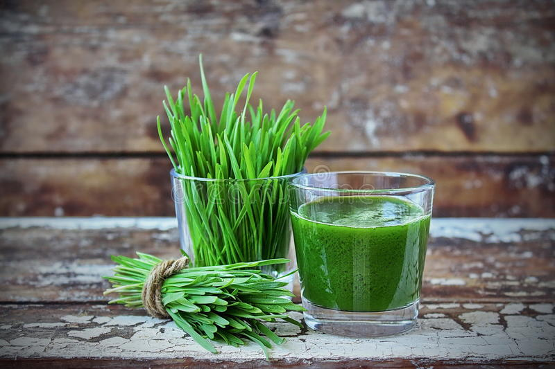 Juice Wheatgrass in een glas royalty-vrije stock foto's
