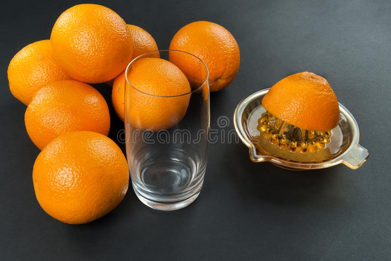 Juicer avec des oranges photo libre de droits