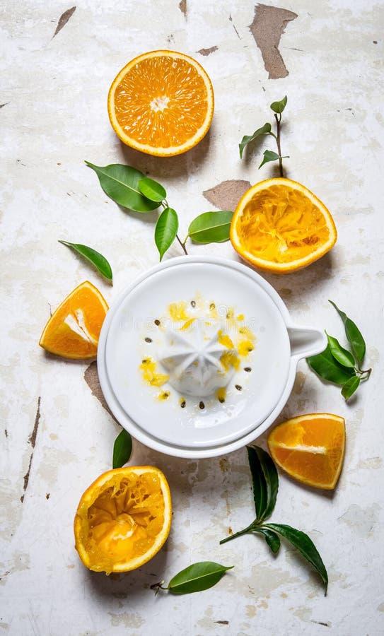 Juicer med nya apelsiner Den nya orange fruktsaften arkivfoton