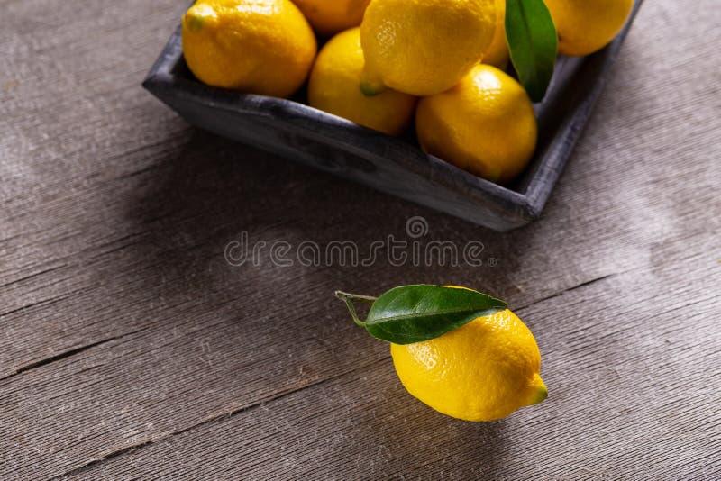 Juicy κίτρινα λεμόνια στοκ εικόνα με δικαίωμα ελεύθερης χρήσης