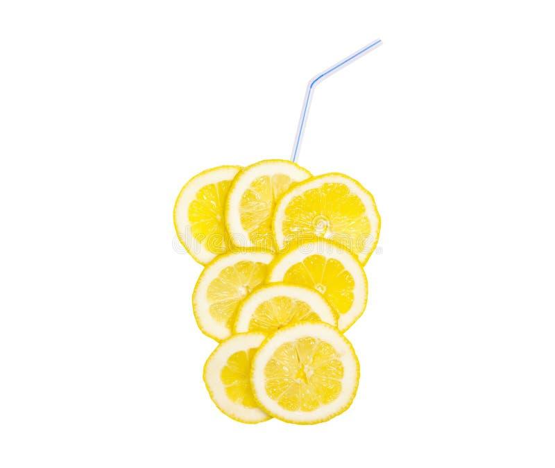 Juicy κίτρινη φέτα του λεμονιού, χυμός, λεμονάδα φρούτων με τα άχυρα, που απομονώνονται στο άσπρο υπόβαθρο στοκ φωτογραφία με δικαίωμα ελεύθερης χρήσης