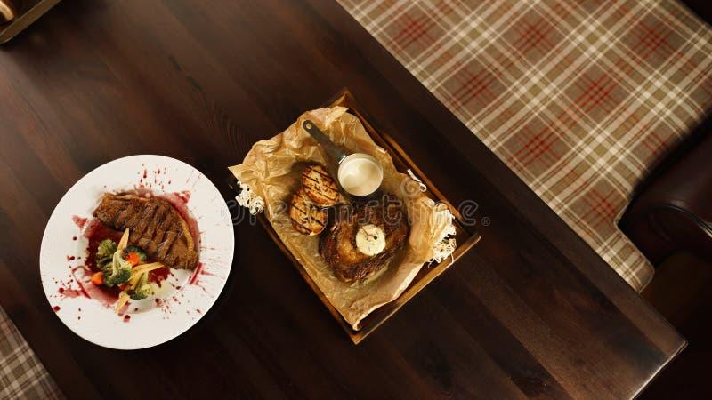 "Juicy μπριζόλα ""Striploin ""με τα ψημένα λαχανικά σε μια σάλτσα κρασιού στοκ φωτογραφία με δικαίωμα ελεύθερης χρήσης"