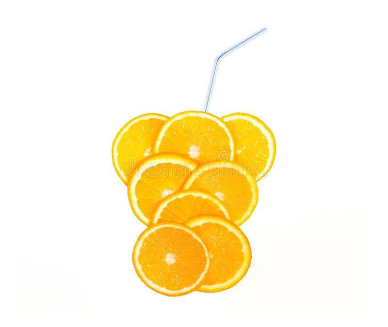 Juicy φέτα της πορτοκαλιάς, φρέσκιας έννοιας ποτών, λεμονάδα φρούτων με τα άχυρα που απομονώνονται σε ένα άσπρο υπόβαθρο στοκ εικόνες