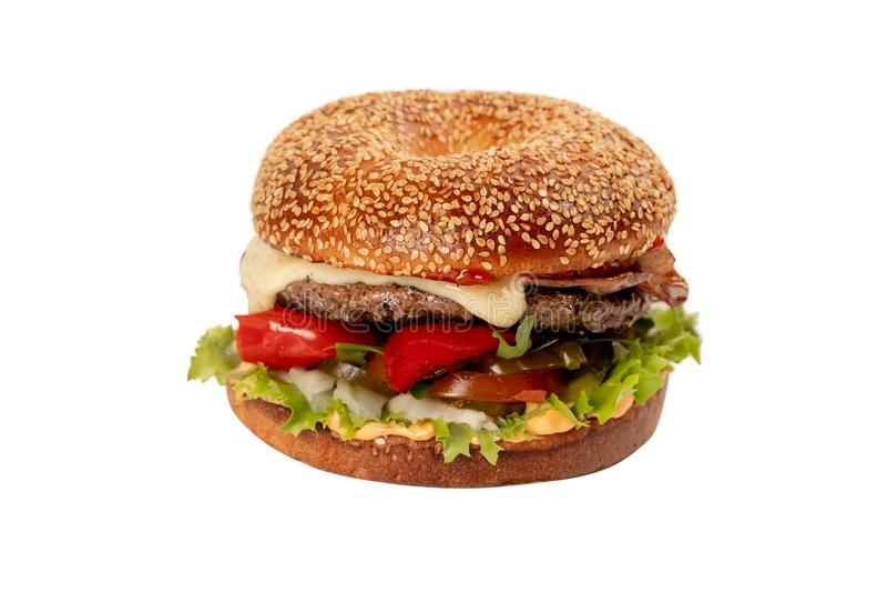 Juicy φρέσκο Burger με το πιπέρι απομονωμένο στο λευκό υπόβαθρο στοκ φωτογραφία με δικαίωμα ελεύθερης χρήσης