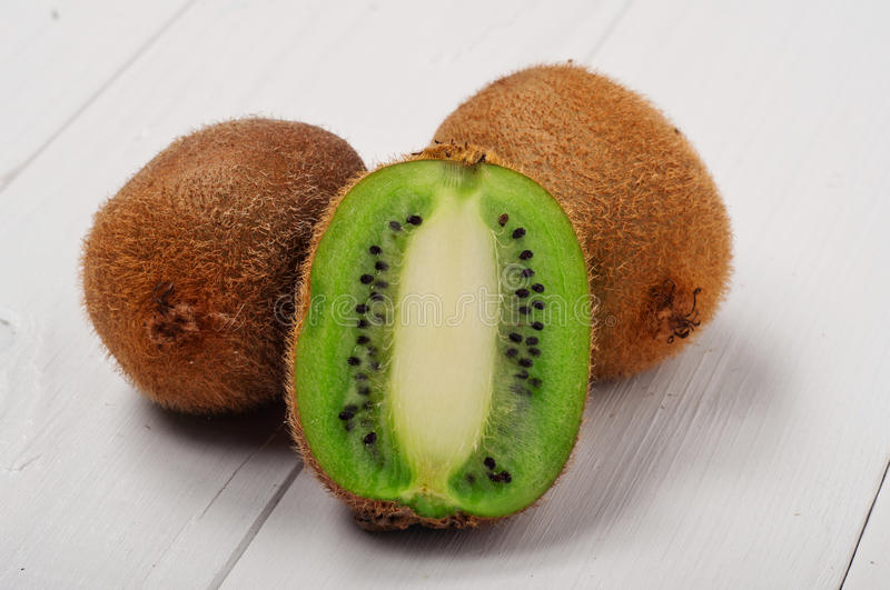 Download Juicy φρούτα ακτινίδιων στο άσπρο ξύλινο υπόβαθρο Στοκ Εικόνες - εικόνα από υγεία, γαστρονομικός: 62715186