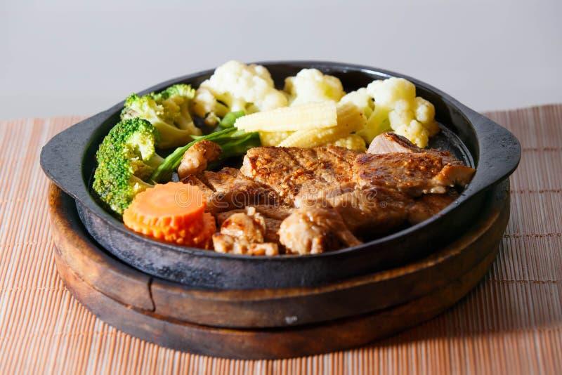 Juicy ψημένη στη σχάρα μπριζόλα χοιρινού κρέατος (λαιμός που κόβεται) με τα λαχανικά στοκ φωτογραφίες με δικαίωμα ελεύθερης χρήσης