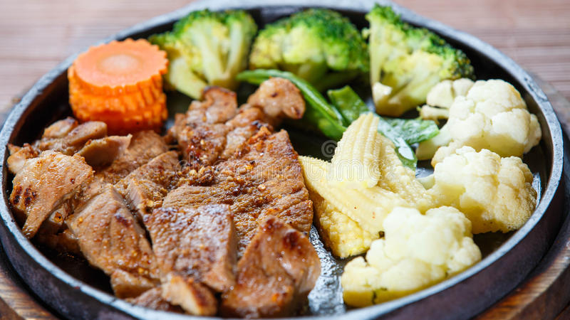 Juicy ψημένη στη σχάρα μπριζόλα χοιρινού κρέατος (λαιμός που κόβεται) με τα λαχανικά στοκ φωτογραφίες
