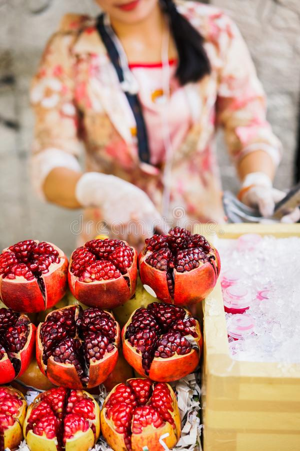 Juicy ώριμα ρόδια στην αγορά φρέσκια έννοια χυμού στοκ εικόνες