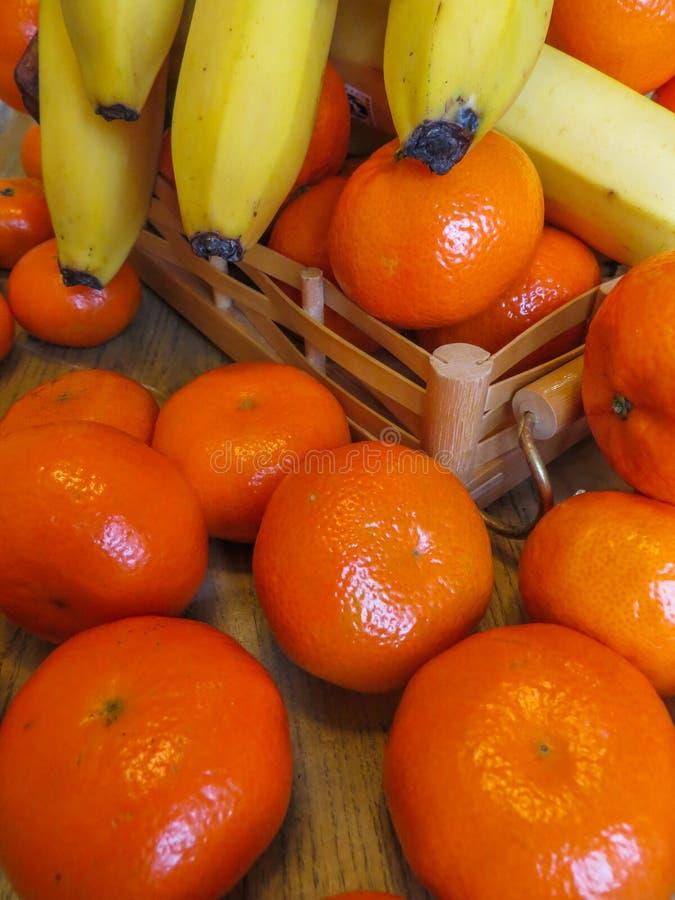 Juicy, ώριμα tangerines με τις μπανάνες στον πίνακα στοκ φωτογραφία με δικαίωμα ελεύθερης χρήσης