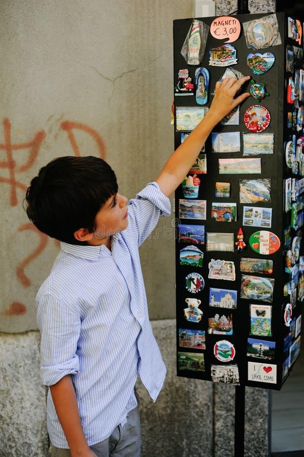 31 juillet 2018, Como, Italie, un garçon de 10 ans choisit un souvenir photo stock