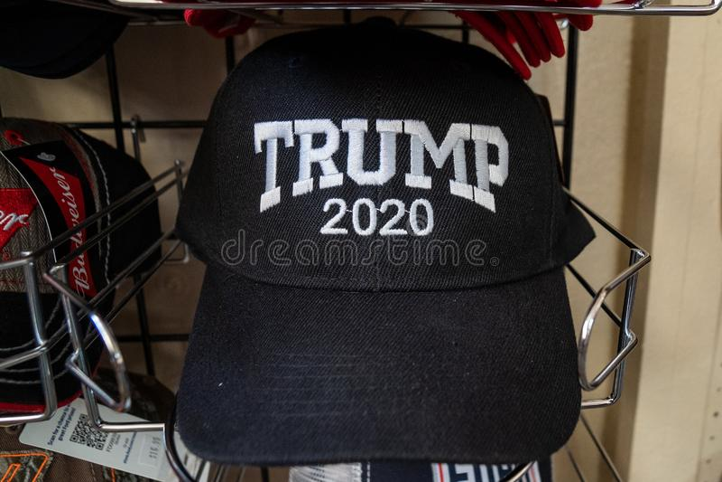 3 JUILLET 2018 - HOLBROOK ARIZONA : Chapeau 2020 de réélection du Président Donald Trump à vendre dans une boutique de cadeaux photo libre de droits