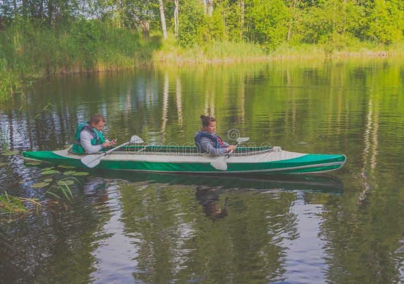 15 juillet 2017 la Russie, la rivière de Vuoksi, Losevo - arrosez le canoë tri photos libres de droits