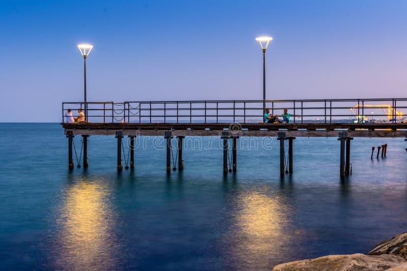 8 juillet 2016, Limassol Chypre Les gens appréciant un eveni chaud photo libre de droits