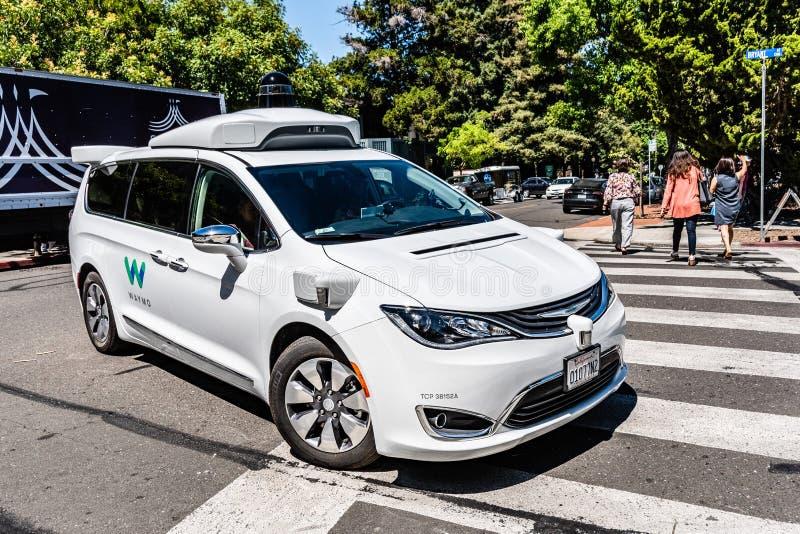 16 juillet 2019 Mountain View/CA/Etats-Unis - individu de Waymo conduisant la voiture réalisant des essais sur une rue près des b photo libre de droits