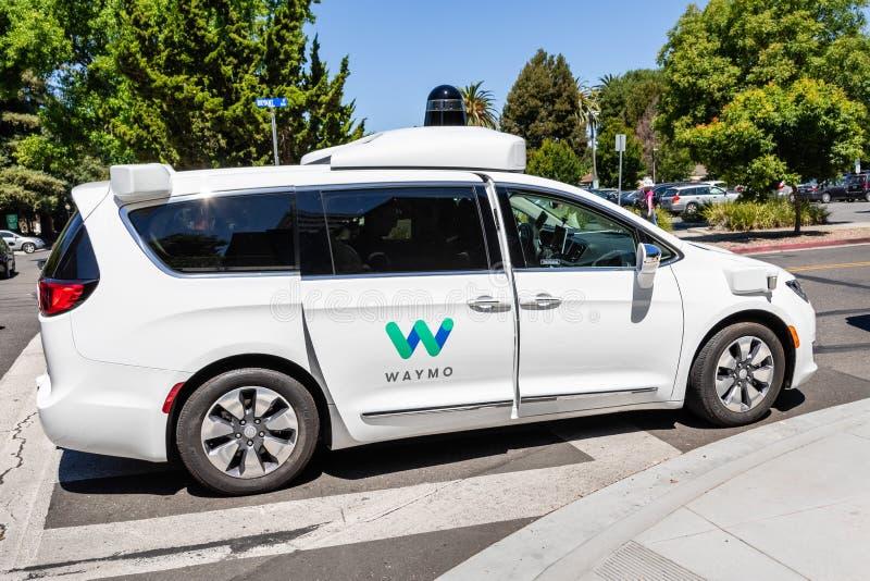 16 juillet 2019 Mountain View/CA/Etats-Unis - individu de Waymo conduisant la voiture réalisant des essais sur une rue près des b photographie stock