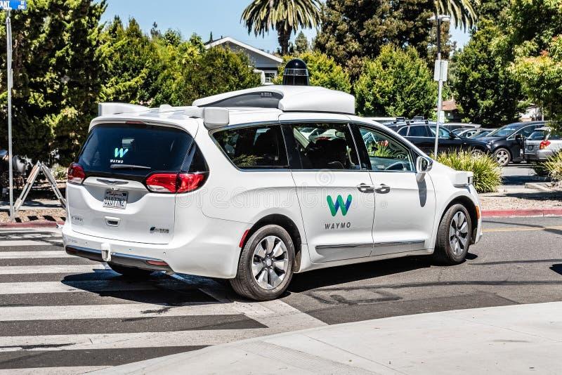 16 juillet 2019 Mountain View/CA/Etats-Unis - individu de Waymo conduisant la voiture réalisant des essais sur une rue près des b photo stock