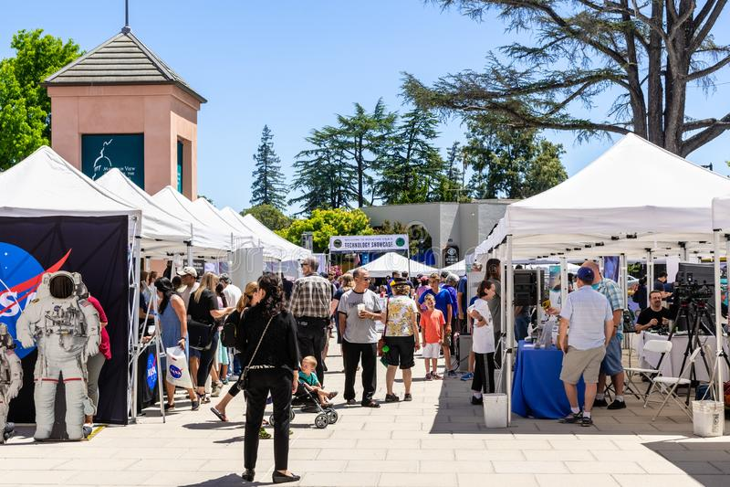 16 juillet 2019 Mountain View/CA/Etats-Unis - les gens visitant l'étalage de technologie, un événement extérieur d'une journée où photographie stock
