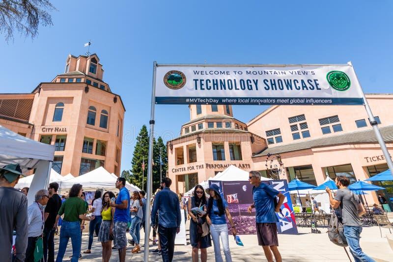 16 juillet 2019 Mountain View/CA/Etats-Unis - les gens visitant l'étalage de technologie, un événement extérieur d'une journée où images libres de droits