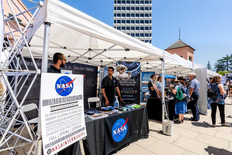 16 juillet 2019 Mountain View/CA/Etats-Unis - représentants d'entretien de la NASA aux visiteurs à l'événement d'étalage de techn image libre de droits
