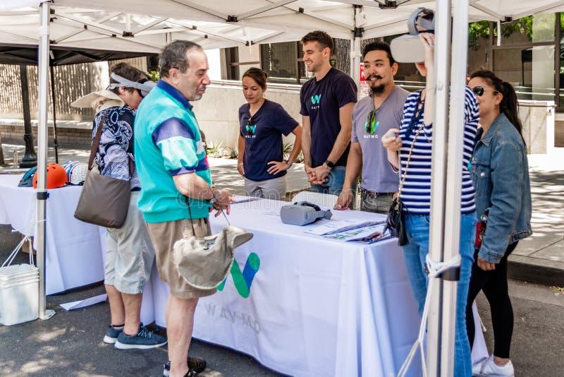 16 juillet 2019 Mountain View/CA/Etats-Unis - représentants d'entretien de Waymo aux visiteurs à l'événement d'étalage de technol image stock